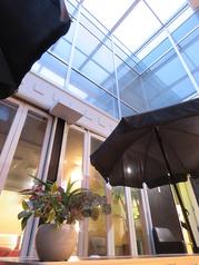 商店街内のテラス席は雨が降っても大丈夫!自然光が入ってくるつくりなのでとても開放的!