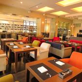 【レストランフロア】色鮮やかなソファ席。ゆったりと居心地のよい時間を提供します。
