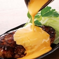 料理メニュー写真とろけるチーズで食べる!『牛肉100%つくね』