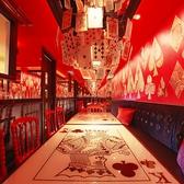 【女王の宮殿】トランプのテーブルにランプシェイドが可愛い!20名様で完全個室としてご利用いただけます。みんなでワイワイ楽しみたい女子会やお誕生日会にぴったり★