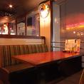 最大6名様のソファー席!この席は何と言っても赤いモザイクタイルのテーブルがオシャレ!