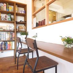オープンキッチンカウンターは3席ご用意しております。お一人様がゆったりと出来るスペースを確保しております。