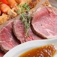 【自家製ローストビーフが美味しい隠れ家BAR】肉バル-ロードハウス-新宿西口店では、特殊な調理法で、肉が持つ濃厚な旨味をぎゅっと濃縮した特製のローストビーフをご提供。ロードハウスが本来得意とするメキシカンの調理法をヒントにアレンジを加え、東京では滅多に召し上がれない逸品をコース料理のメインとしてご提供。