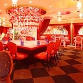 【BIG HEART】メインホールの中心にある、印象的な大きなハートのテーブルハートがいっぱいのシャンデリアがロマンチックな雰囲気を演出♪