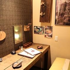 ムーディーな雰囲気漂う、横並び型の個室。カップルのデートに大人気の個室です。