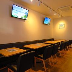 片側ソファーのゆっくりお食事を楽しんでいただける、2名テーブルとつなげれば16名まで座れるテーブル席です。
