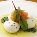 料理メニュー写真モッツァレラの丸ごとカプレーゼ