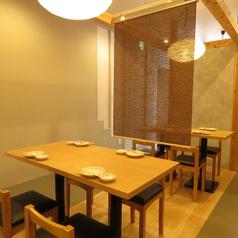 木のぬくもりが感じられるテーブル席。暖かさを感じるお席となっております