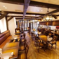 【1階】1階フロアは貸切で着席25~35名様・立食40~40名様までご利用おいただけます。また、コース料理をビュッフェ形式にすることも可能ですので、ご着席の宴会やご立食パーティーなど幅広くご活用ください