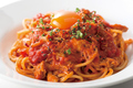 料理メニュー写真柔らかチキンとトマトソースのペペロンカルボナーラ
