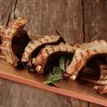 【低温でじっくりと…自慢の一品!AMERICAN BBQ】当店自慢のAMERICAN BBQは、BBQの本場であるアメリカと同じ手法で調理しております。、薪を使用して長時間火を通すことで、ジューシーで柔らかいお肉をご提供!日本では希少部位として知られているざぶとんや、ボリューム満点のリブもご用意♪是非一度ご賞味ください☆