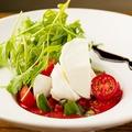 料理メニュー写真水牛モッツァレラチーズとフルーツトマトのカプレーゼ