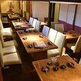 接待や打ち合わせなどにも最適な上質テーブル席。仕切りををなくして3部屋繋げると18名収容可能。