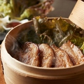 料理メニュー写真燻製豚のサムギョプサル風