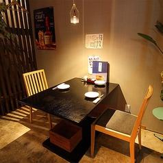 【1階】フリードリンクプランを楽しみたい方に!1階フロア限定で、日本酒8種&ワイン5種を含む飲み放題プランを60分1180円(税抜)でご用意。1階フロアには4名様までご利用いただけるこちらのテーブル席の他にはカウンター席があるのみ。周りを気にせずお楽しみいただけます。