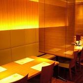 4ダイニングテーブルならではのスタイリッシュな空間。 お席同士をすだれで区切り、お席の間隔もしっかりとっているため、周囲を気にせずゆっくりとお過ごしいただけます。あたたかみのある茜色の照明もポイント★