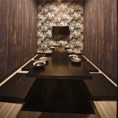 周りを気にせずおくつろぎいただけます。大事な飲み会にもぴったり!6名様用《モニター付完全個室》(一例) ※お部屋は指定できません。