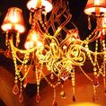 王宮を照らすラグジュアリーなシャンデリア