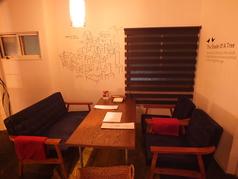 隠れ家的雰囲気の2Fのソファー席☆スタイリッシュなインテリアが随所にちりばめられています♪