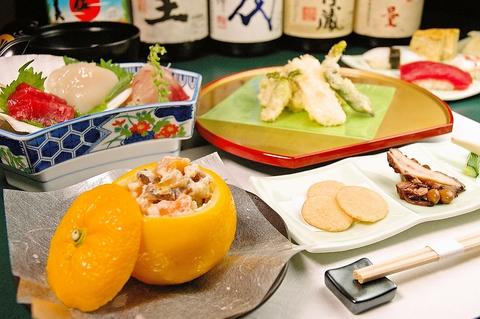 寿司の他、鰻や天ぷらなど一品料理も豊富。季節に合わせた旬の素材を使った料理もある