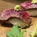 料理メニュー写真肉寿司 (1貫2個)