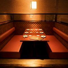 合コンや女子会などの少人数でのご宴会や、親しい友人とのお食事などに最適なお席となっております。ソファータイプのテーブル席で広々としています!個室ですので周りのお客様を気にせずゆったりとご宴会をお楽しみください。