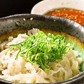 料理メニュー写真白センマイ湯引き(梅肉酢味噌、ポンズ、フェダレ)/三種の香味野菜和え(ごま油味)