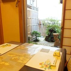 部屋の奥に坪庭を構えたテーブル席のモダンな個室。完全個室ですので、周囲を気にせずお過ごしいただけ、結納や顔合わせ、接待など特別なシーンにも最適です。和の風情を感じながら寛げる特別な空間で、四季の懐石をお楽しみください。