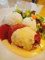 料理メニュー写真半熟卵と和牛ハンバーグのハワイアンロコモコ