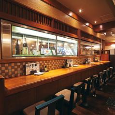 カウンターのお席も広々。ゆったりとお食事を楽しむことができます。