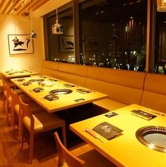 定禅寺通りの欅並木を見下ろすことが出来る窓際のお席。4名テーブル席/8名テーブル席/最大16名までこちら一列ご利用が可能です。