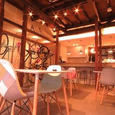 自転車を眺めながらしっかりとお食事できる空間となっております。貸切は16~24名様で可能です。※禁煙席