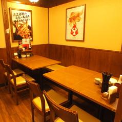 テーブル席は靴を脱がなくても良く、使い勝手の良さが女性のお客様にも人気です。飲み会や送別会などの各種ご宴会や、サークル、女子会などのお集りにも使いやすいお席です。落ち着いた空間で、ゆっくりとおくつろぎください。