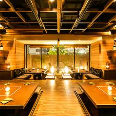 ◆掘り炬燵席&庭園◆薄暗い窓の外に浮かび上がる緑鮮やかな庭園はお客様だけのもの。新鮮なお食事に加え、雰囲気までもがお愉しみ頂ける店内となっております。