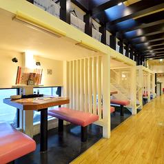 広々店内はお席も贅沢に配置。ロードサイドならではの魅力あふれる店内設計です。