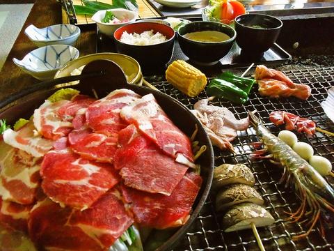 いろりでいただく自然の味。野鳥、いのしし鍋、山菜料理がいろいろ。故郷を感じる味。