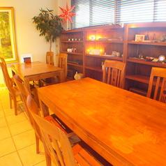 木の温もりが感じられるテーブル席★ランチでもディナーでも使いやすくて◎こちらもテーブルもオーナーがお店の雰囲気に合わせるために、こだわりました。ママ会や女子会などにピッタリ★レイアウト自由だから、色々なシーンに対応できます★