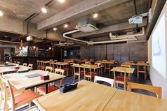 正方形の開放的な店内。テーブル2名様×24席。全テーブル移動式なので自由にお席を作れます。少人数のお食事から大人数の貸切まで対応可!内容に合わせたレイアウト案もご用意いたします。