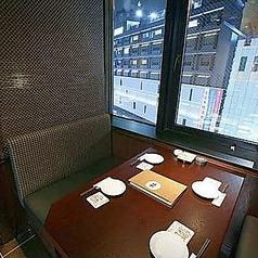 窓側4名様用半個室は少人数でのお食事に♪窓の景色を眺めながらゆったりとお過ごしいただけるお席です。自慢のお料理に舌鼓を打ち、それに合うお酒をお楽しみいただけます。こだわりの焼酎は200種類ございます。普段飲まない銘柄にも是非チャレンジしてみてください。