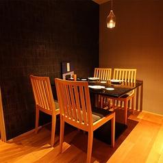 【3階】気心知れたお仲間とのお食事に!4名様までご利用いただけるテーブル席をご用意しております。店内奥のスペースに一席のみ設けた、プライベート感のある半個室です。こちらのお席は空間に余裕があり、お席を離れる際のわずらわしさもなく、ゆったりとお過ごしいただけます。