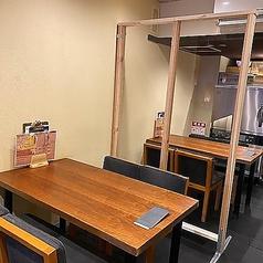 【テーブル席】少人数からお気軽に!シーンを問わず使えるお席 2~8名様/カップル、ご家族、お友達同士など、様々なシーンで使い勝手の良いテーブル席。2~4名様席×2卓、つなげると最大8名様までのグループにも対応できます。店内は光触媒の換気扇を使用し、常に衛生的な空間を保っております。