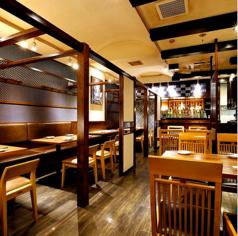 【テーブル席】2名様~4名様までご利用可!温かみのある広めのお席。美味しいお料理と美味しいお酒を楽しみながら素敵なお時間をお過ごしください。
