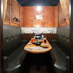 靴を脱がずに出入りラクラクのテーブル席も個室。