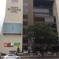 博多駅筑紫口前の信号を、都ホテル側に渡って右です。