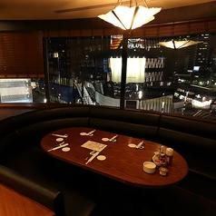 大きな窓から銀座の夜景を一望できる個室は、レトロな雰囲気が漂う上質な空間。ワインを片手にゆったり寛ぐ大人のひと時を。