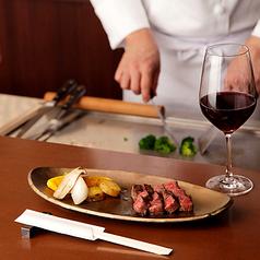 お客様の目の前で焼き上げ、食材が最もおいしい瞬間で召し上がっていただけるのは鉄板焼ならではの醍醐味。