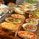 ランチ食べ放題ビュッフェも、ゆったり寛げるテーブル席