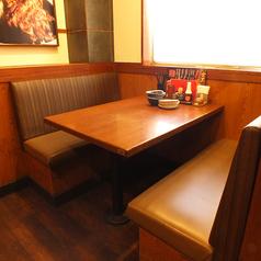 開放感のある窓際のボックス席で、美味しい料理とお酒を心行くまでご堪能ください!