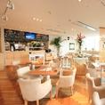 【プルメリアカフェ】陽の光が射し込む店内は開放的で優しい雰囲気のカフェ。バンド演奏も可能な音響・照明設備を完備。スクリーン完備