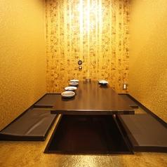 リゾート感が漂うくつろぎ空間♪ほのかな灯りの中を進むと…デザインの違う個室がオシャレ★非日常感を愉しめる隠れ家【洞窟】4名様用《完全個室》(一例) ※お部屋は指定できません。